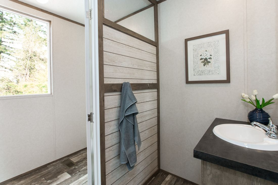 The THE BREEZE 2.5         CLAYTON Guest Bathroom. This Manufactured Mobile Home features 4 bedrooms and 2 baths.